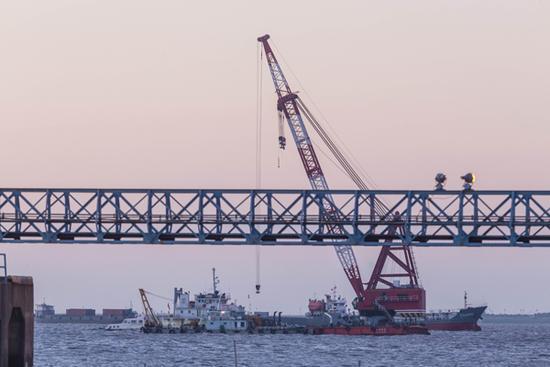 上海沉船致10人失踪 潜水员两度下水未发现失踪者