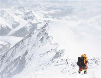 12人同时登顶珠峰 准备3年为母校庆生